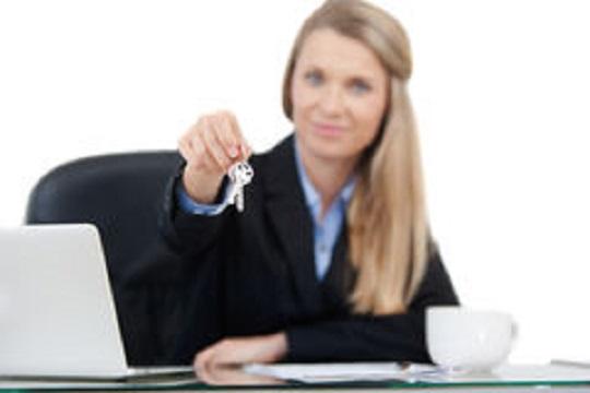 agente-immobiliare-che-fornisce-le-chiavi-35959474